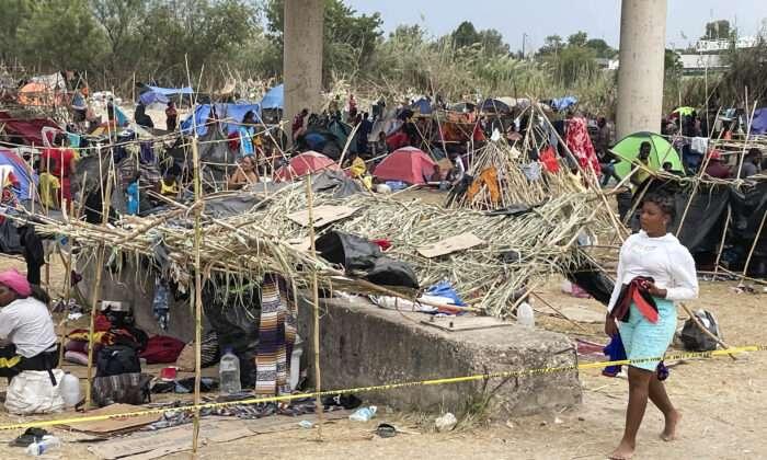 """美 국토안보부 """"아이티 불법 입국자 1만2천명 미국 사회로 풀려나"""""""